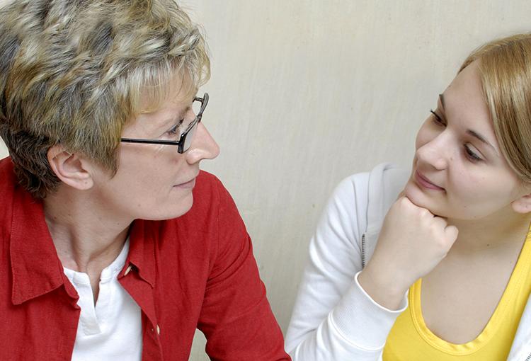 Eine ältere Frau und ein junges Mädchen führen ein Beratungsgespräch.